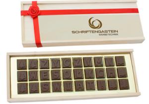 Čokoládový text v reklamní dřevěné krabičce