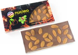 Čokoláda s mandlemi v reklamní krabičce