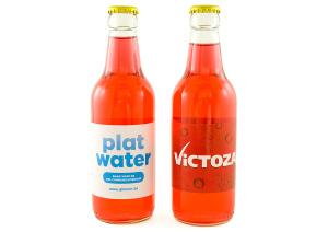 Limonáda v lahvi s reklamní etiketou