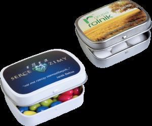 Různé cukrovinky v reklamní krabičce