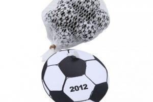 Čokoládové míčky v síťce s reklamním štítkem